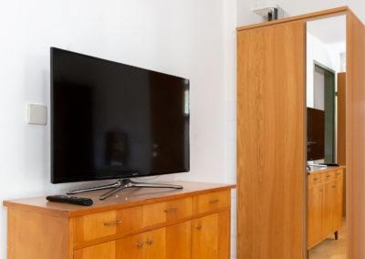 Sat-TV und Kasten im Schlafzimmer